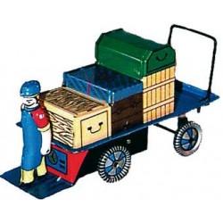 Mozo con carro maletas de hojalata